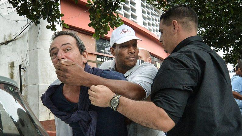 El opositor cubano, Yuri Valle Roca, es arrestado por la policía cubana el 10 de diciembre de 2015 en La Habana durante una manifestación por el Día de los Derechos Humanos. (ADALBERTO ROQUE/AFP/Getty Images