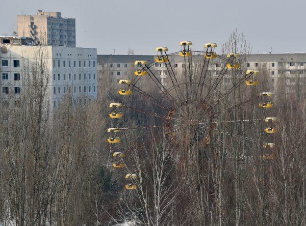 Una foto tomada el 22 de enero de 2016 muestra una vuelta al mundo entre edificios abandonados en la ciudad fantasma de Pripyat, cerca de la central eléctrica de Chernóbil. (GENYA SAVILOV/AFP/Getty Images)