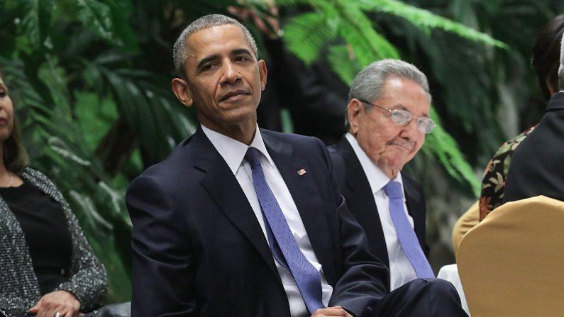 El expresidente de Estados Unidos Barack Obama y el dictador cubano Raúl Castro escuchan música en vivo durante una cena de estado en el Palacio de la Revolución el 21 de marzo de 2016 en La Habana, Cuba. (Chip Somodevilla/Getty Images)