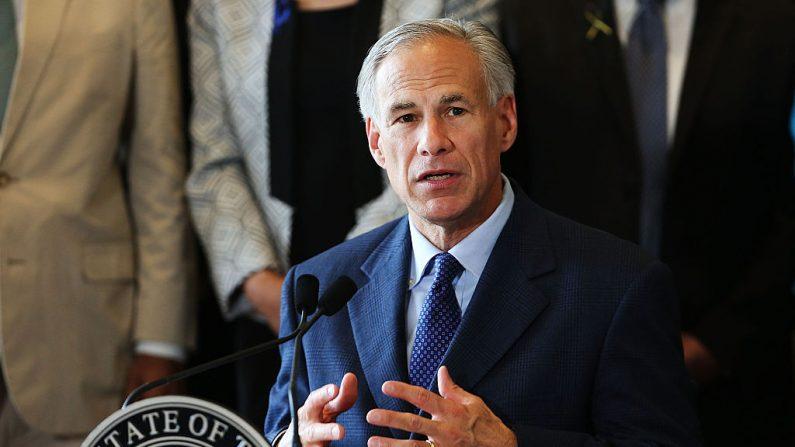 El Gobernador de Texas Greg Abbott habla en el Ayuntamiento de Dallas, Texas. (Spencer Platt/Getty Images)
