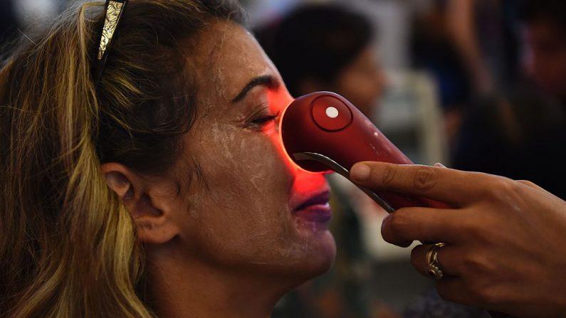 Los ácaros están viviendo en los poros de la piel de esta mujer y de todas la pieles humanas. Solo un exceso produce enfermedad. (ERIC FEFERBERG/AFP/Getty Images)