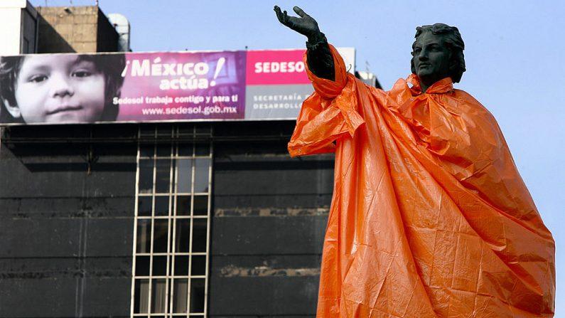 La estatua de Cristóbal Colón aparece inesperadamente envuelta con una cubierta de plástico, en el 515 aniversario del descubrimiento de las Américas, el 12 de octubre de 2007. (ALFREDO ESTRELLA/AFP/Getty Images)