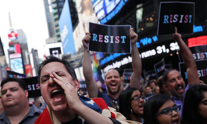 Docenas de manifestantes anti Trump en Times Square, Nueva York, el 26 de julio de 2017. Comentadores han dicho que las tácticas usadas por la resistencia anti Trump han comenzado a personificar las mismas cosas que protestan. (Spencer Platt/Getty Images)