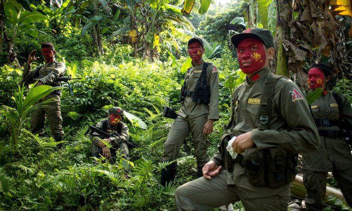 Guerrilleros del Nuevo Ejército del Pueblo (NPA) descansan entre los arbustos de la Sierra Madre, ubicada al este de Manila, Filipinas, el 30 de julio de 2017.  (NOEL CELIS/AFP/Getty Images)
