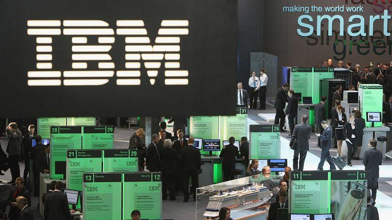 HANOVER, ALEMANIA - MARZO 04: Los visitantes llenan el stand de IBM bajo el logotipo de IBM en la feria tecnológica CeBIT 2009 en Hannover, Alemania. CeBIT, la feria de informática más grande del mundo, el 4 de marzo de 2009. (Foto de Sean Gallup/Getty Images)