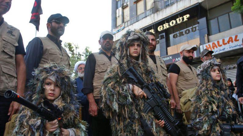 Niños vestidos con ropa militar llevan armas durante una congregación de la organización terrorista Hezbolá, el 4 de octubre de 2017. / FOTOGRAFÍA DE AFP / Mahmoud ZAYYAT (Crédito foto: MAHMOUD ZAYYAT/AFP/Getty Images)