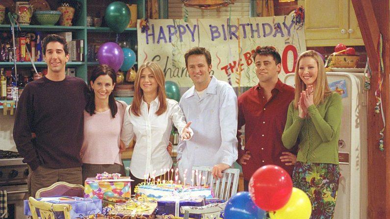 """Imagen de archivo. Miembros del reparto de la serie de comedia de la NBC """"Friends"""". En la foto (de izquierda a derecha): David Schwimmer como Ross Geller, Courteney Cox como Monica Geller, Jennifer Aniston como Rachel Cook, Matthew Perry como Chandler Bing, Matt LeBlanc como Joey Tribbiani y Lisa Kudrow como Phoebe Buffay. Episodio: """"Aquel en el que todos se vuelven Thirthy"""". (Foto de Warner Bros. Television)"""