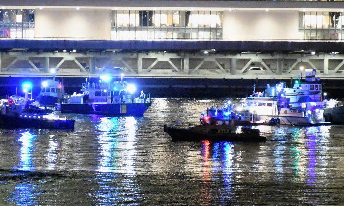 Socorristas trabajan en la escena de un accidente de helicóptero en el East River en la ciudad de Nueva York el 11 de marzo de 2018. (Dimitrios Kambouris/Getty Images)