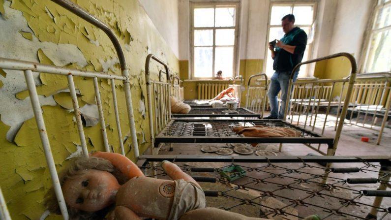 Una guardería infantil abandonada en el pueblo fantasma de Kopachi, cerca de la central nuclear de Chernóbyl, durante su visita a la zona de exclusión de Chernóbyl el 23 de abril de 2018. (SERGEI SUPINSKY/AFP/Getty Images)