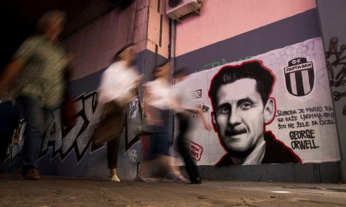 """Un mural que representa al novelista británico George Orwell con la frase """"La libertad es el derecho a decir a la gente lo que no quiere oír"""", en Belgrado, el 8 de mayo de 2018. (Oliver Bunic/AFP/Getty Images)"""