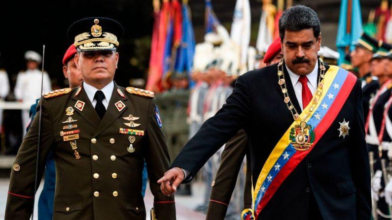 Nicolás Maduro (izq.) camina junto al ministro de Defensa venezolano, general Vladimir Padrino López (izq.) durante una ceremonia militar en Caracas el 24 de mayo de 2018. (Foto de JUAN BARRETO/AFP/Getty Images)