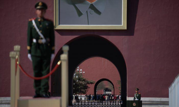 Policías paramilitares chinos montan guardia en la Plaza de Tiananmen en Beijing, el 8 de abril de 2019. (STR/AFP/Getty Images)
