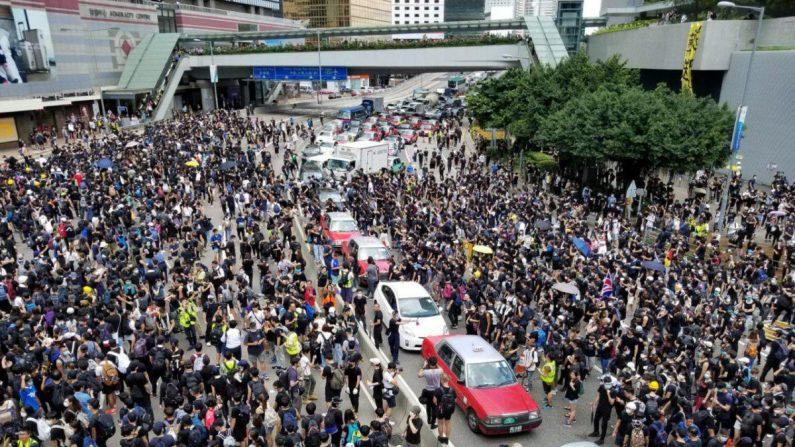 Los manifestantes se reúnen en las afueras del Cuartel General de la Policía de Hong Kong en Wan Chai el 21 de junio de 2019. (Yu Gang/La Gran Época)