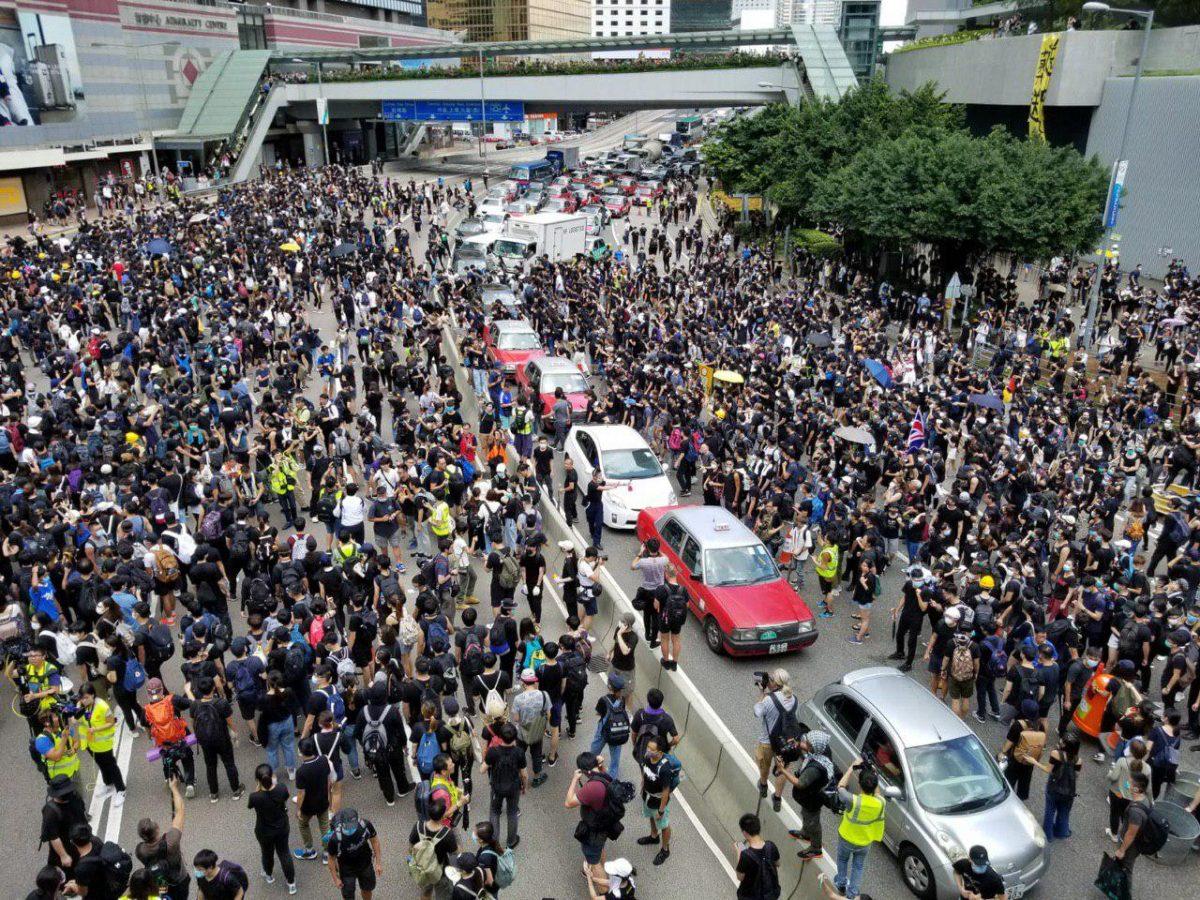 Se intensifican las protestas en Hong Kong fuera de la comisaría de policía