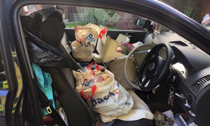 Foto del interior de un coche lleno de basura publicado por la policía británica el 26 de junio de 2019. (Policía de Hampshire vía Hants Road Policing/Twitter)