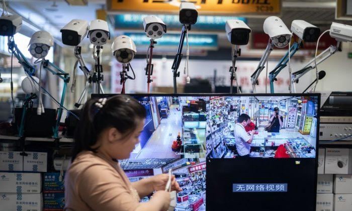Cámaras Hikvision en un centro de compras de electrónica en Beijing el 24 de mayo de 2019. (FRED DUFOUR/AFP/Getty Images)