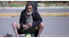 Encontró a su hermano perdido por una foto viral de un hombre hambriento tirado en la vereda
