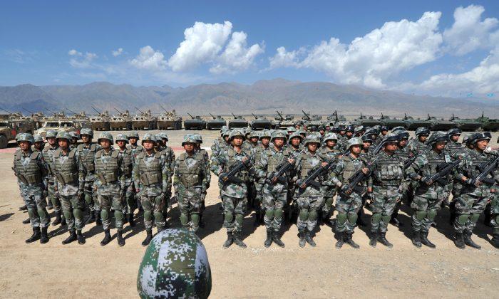 Soldados chinos en posición de firme durante los ejercicios militares conjuntos de la Organización de Cooperación de Shanghai (OCS) en Balykchy, Kirguistán, el 19 de septiembre de 2016. (VYACHESLAV OSELEDKO/AFP/Getty Images)