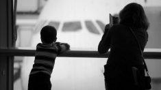 Una mujer intenta secuestrar a dos niños en el aeropuerto de Atlanta pero los padres luchan para protegerlos