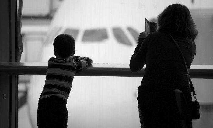 Imagen de una madre con su hijo en el aeropuerto. (Ciggy1/Pixabay)