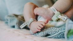 Médicos se estremecen cuando la piel de una bebé comienza a partirse segundos después de nacer