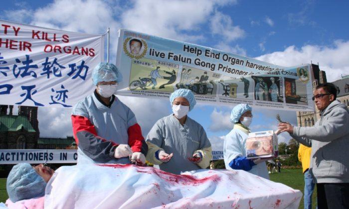 Una representación de la sustracción de órganos en China, durante un acto pidiendo el fin de la persecución a Falun Dafa, en Ottawa, Canadá, en 2008. (La Gran Época)