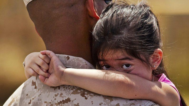 """Todos suspiran al ver a una niña pequeña que """"rompe la formación"""" de soldados para abrazar a su papá"""