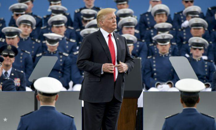 El presidente Donald Trump habla a los cadetes en la ceremonia de graduación de la Academia de la Fuerza Aérea de los EE.UU. el 30 de mayo de 2019 en Colorado. (Crédito: Michael Ciaglo/Getty Images)