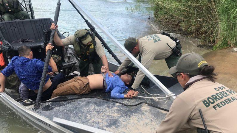 Patrulla fronteriza de EE.UU. salva menor salvadoreño de 13 años  que se encontraba inconsciente en Río Grande el 25 de junio de 2019. (CBP, Gobierno de EE.UU.)