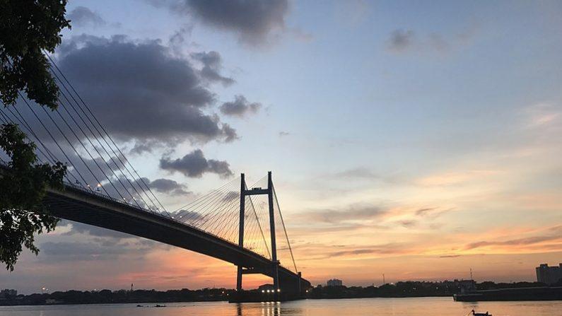 Río Hooghly en Kolkata (antes llamado Calcuta) y puente desde donde el mago de 41 años Chanchal Lahiri, de nombre artístico Mandrake se tiró con las manos y piernas atadas sin volver a emerger. (Wikimedia)
