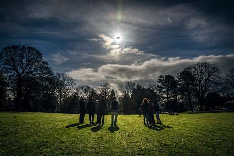 Imagen de archivo. La gente ve un eclipse parcial en Belfast, Irlanda del Norte, el 20 de marzo de 2015. Crédito: Robin Cordiner/NASA.