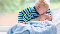 Niña se niega a soltar a su hermanita recién nacida y no permite que nadie las separe