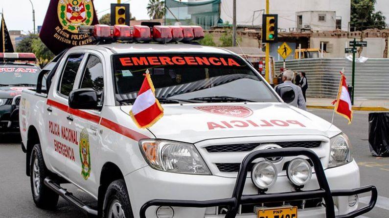 Ladrón y víctima ayudan a policía a empujar patrulla descompuesta en Perú