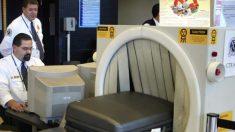 """Aterrador """"viajero"""" pasa por los rayos X del aeropuerto dejando en shock a oficiales y pasajeros"""