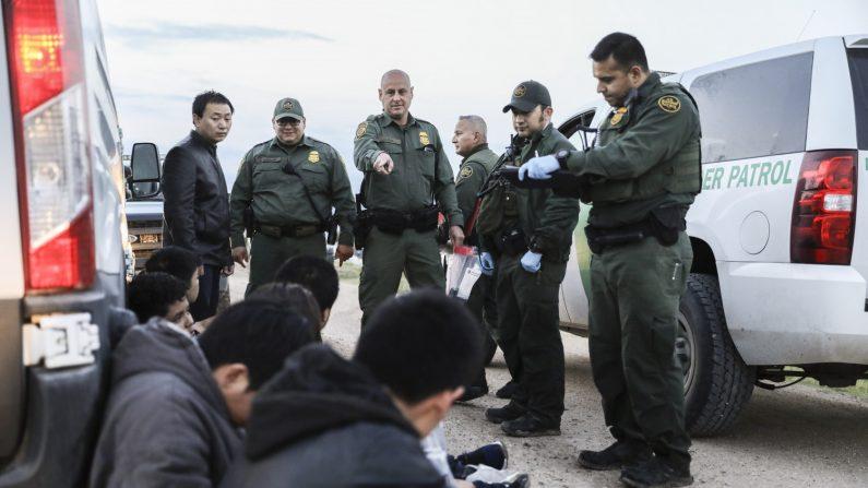 Imagen de archivo. Agentes de la Patrulla Fronteriza detienen a siete inmigrantes ilegales de China, uno de México y uno de El Salvador luego de que intentaran evadir la captura después de cruzar el Río Grande de México hacia los Estados Unidos cerca de McAllen, Texas, el 18 de abril de 2019. (Charlotte Cuthbertson/La Gran Época)
