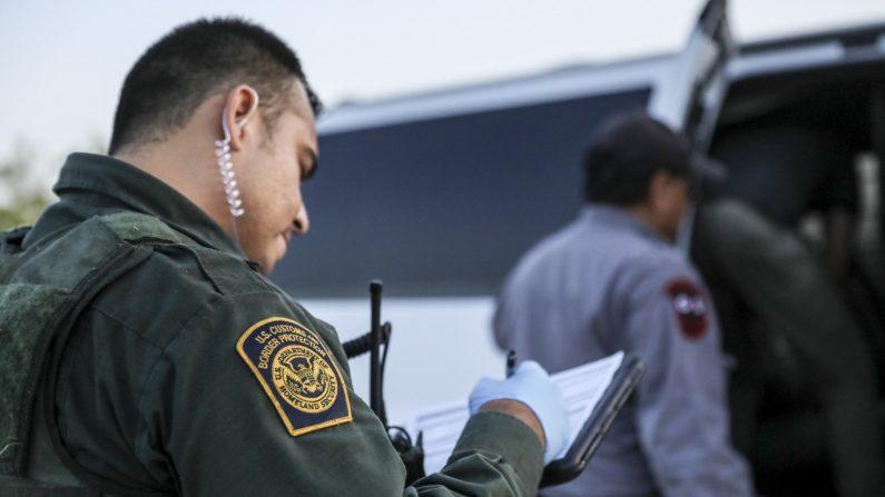 Agentes de la Patrulla Fronteriza detienen a inmigrantes ilegales que acaban de cruzar el Río Bravo desde México a los Estados Unidos cerca de McAllen, Texas, el 18 de abril de 2019. (Créditos: Charlotte Cuthbertson/La Gran Época)