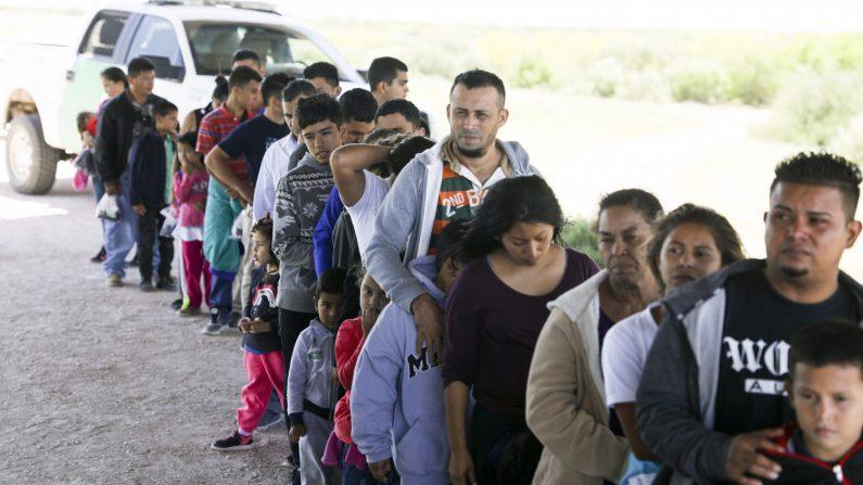 La Patrulla Fronteriza detiene a inmigrantes ilegales que acababan de cruzar el Río Grande desde México cerca de McAllen, Texas, el 18 de abril de 2019. (Charlotte Cuthbertson/La Gran Época)