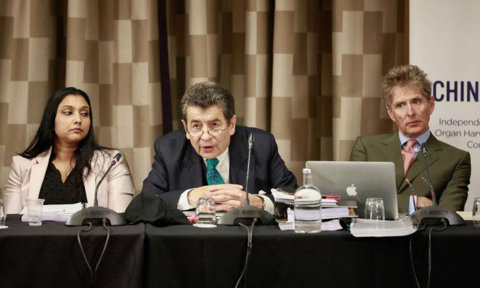 Regina Paulose (I), miembro del panel del tribunal, Sir Geoffrey Nice QC, presidente del tribunal (C) y Nicholas Vetch, miembro del panel, el primer día de las audiencias en Londres el 6 de abril de 2019. (Créditos: endtransplantabuse.org)