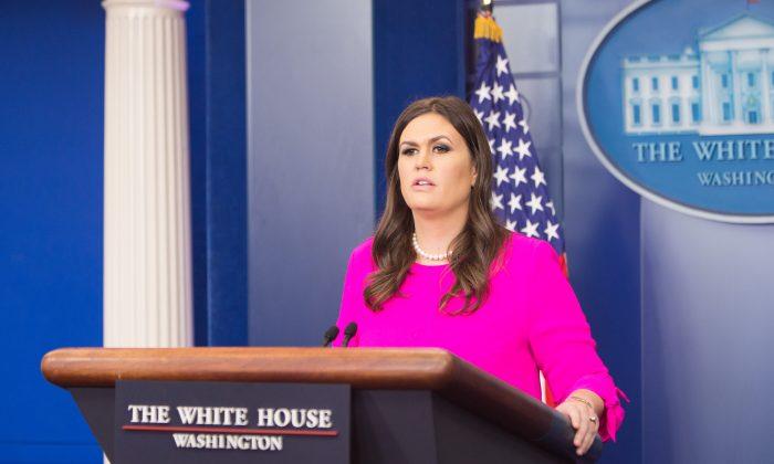 La secretaria de prensa de la Casa Blanca, Sarah Sanders, en una rueda de prensa en la Casa Blanca en Washington el 10 de octubre de 2017. (Benjmin Chasteen/La Gran Época)