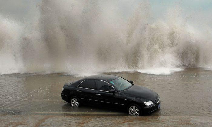 Foto ilustrativa de un auto rodeado por agua y olas. (STR/AFP/GettyImages)