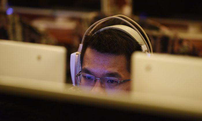 Un hombre usa una computadora en un cibercafé en Beijing, China, el 1 de junio de 2017. (Greg Baker/AFP/Getty Images)
