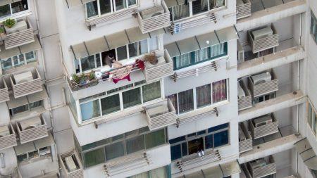 Padre cuelga a su hija de 10 años de un balcón del quinto piso y la policía no interviene