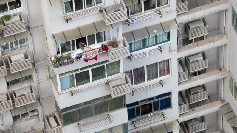 Una mujer colgando la ropa de su balcón. (Johannes Eisele/AFP/Getty Images)