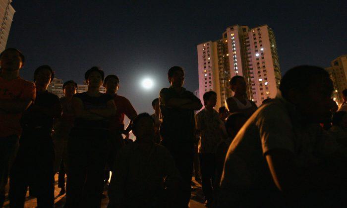 Imagen ilustrativas de un grupo de personas fuera de un complejo de viviendas en China. (Guang Niu/Getty Images)