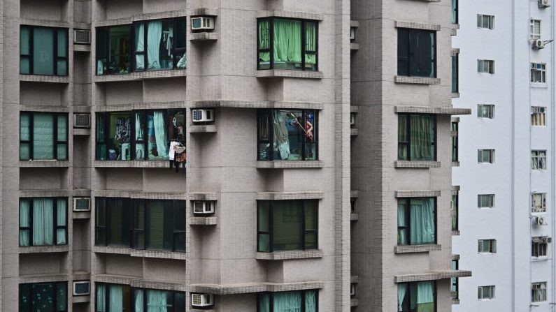 Una mujer saliendo de un edificio de gran altura en China. (Anthony Wallace/AFP/Getty Images)