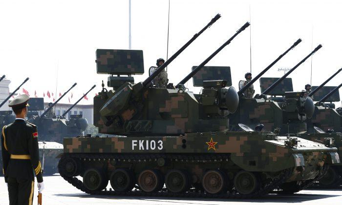 Los vehículos autopropulsados de artillería antiaérea PGZ-07 pasan por la Puerta de Tiananmen durante un desfile militar en Beijing, el 3 de septiembre de 2015. (Getty Images)