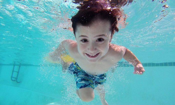 Imagen ilustrativa de un niño nadando en una piscina. (Adrit1/Pixabay)