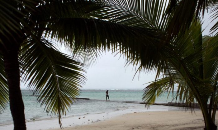 Imagen de archivo de un hombre caminando por una playa de República Dominicana. (Erika Santelices/AFP/Getty Images)