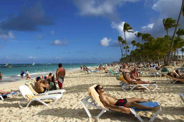 Turistas descansando en la playa de Bávaro en Punta Cana, República Dominicana, el 16 de enero de 2012. (Erika Santelices/AFP/Getty Images)