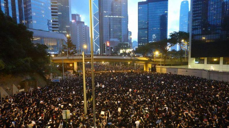 En la tarde del 16 de junio, miles de habitantes de Hong Kong se reúnen en el Almirantazgo para pedirle a la presidente ejecutiva Carrie Lam, que retire el proyecto de ley de extradición y renuncie. (Gang Yu/La Gran Época)